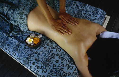 allongé sur la table de massage